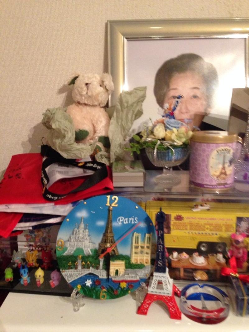 Souvenirs de Paris devant la photo d'Eiko