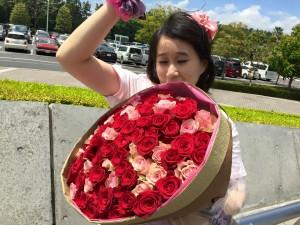 Notre amie Emily avec les fleurs !